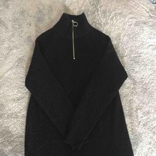 En stickad klänning med en kort dragkedja i silver, normal i storlek, bra skick. Köparen betalar frakten💗