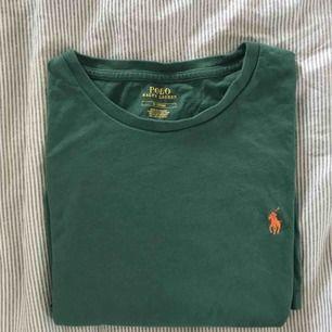 Herr tshirt men som funkar lika bra för dam. Storlek M. Jag på bilden har S så den funkar bra oversize instoppad tex.🤩 bra skick, grön basic tshirt men med orange Ralph lauren logga!🥰 😉SÄLJER ÄVEN FLER LIKNANDE T-SHIRTS😉 (självklart äkta)