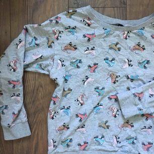 Rolig och vacker tröja med rullskridskor på. <3