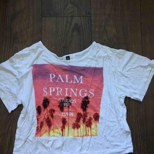 """Vacker """"palm springs"""" crop top som passar perfekt till sommaren som kommer! <3"""