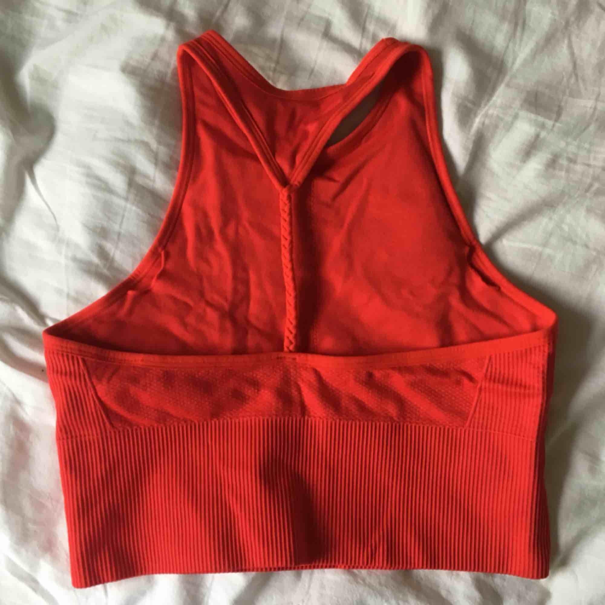 Vadderad yogatop från HM, aldrig använd pga fel storlek❣️🌹. Huvtröjor & Träningströjor.