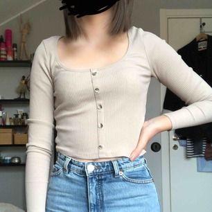 Beige ribbad tröja med knappar från Gina . Tröjan är lite kortare i modellen .Använd endast en gång & är i superbra skick. (Säljer en likandan i svart, se i mitt flöde) Frakt tillkommer :)