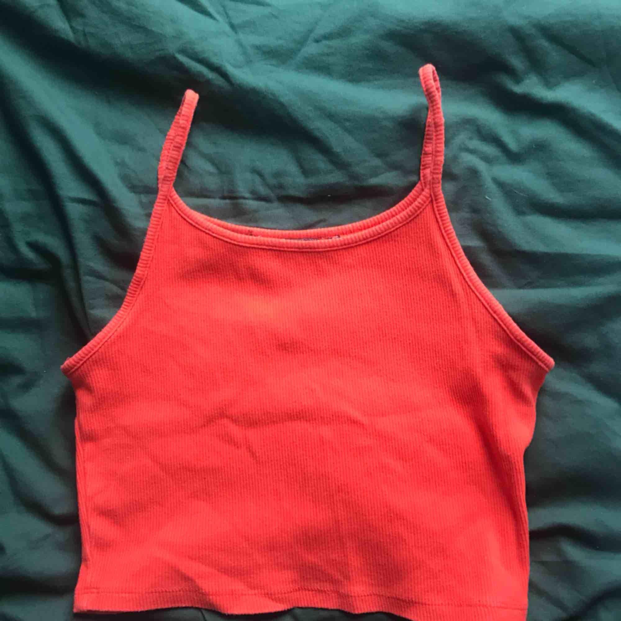 Säljer detta färgglada ribbade linne från BikBok, perfekt till sommaren!🧚🏻♀️. Toppar.