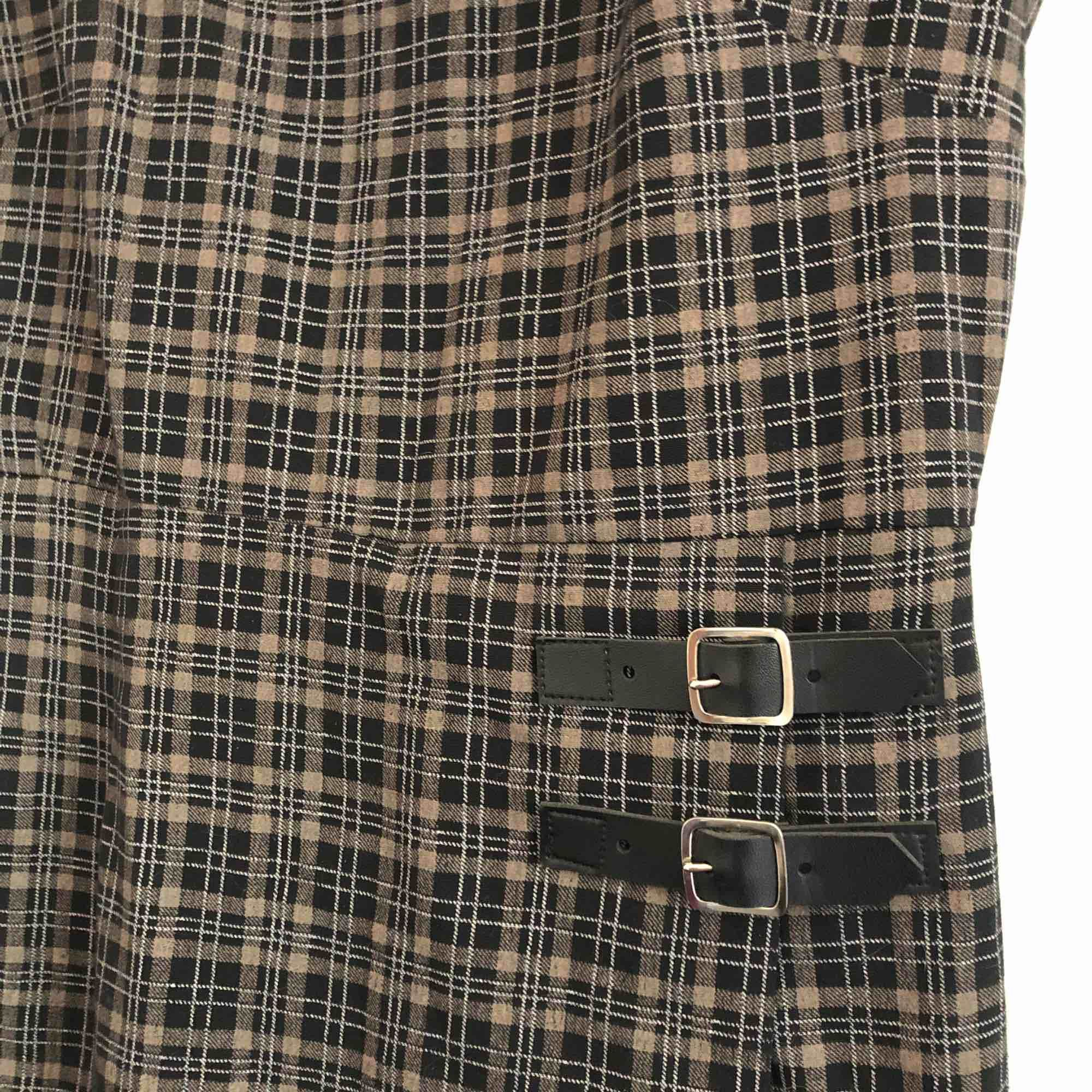 Rutig kort klänning, 90's modell, sitter perfekt på en XS! . Klänningar.