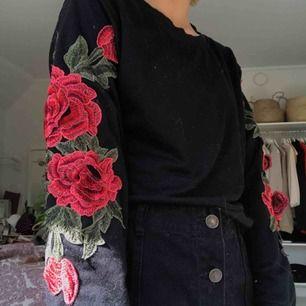 Tröja från shein. Köpt för 200kr och endast använd 2 gånger. Den har på sydda rosor (3D). Köparen står för frakt