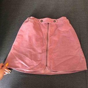 En jättefin kjol, säljer pga att den aldrig kommer till användning!😢 lik sammet material:) jättefin