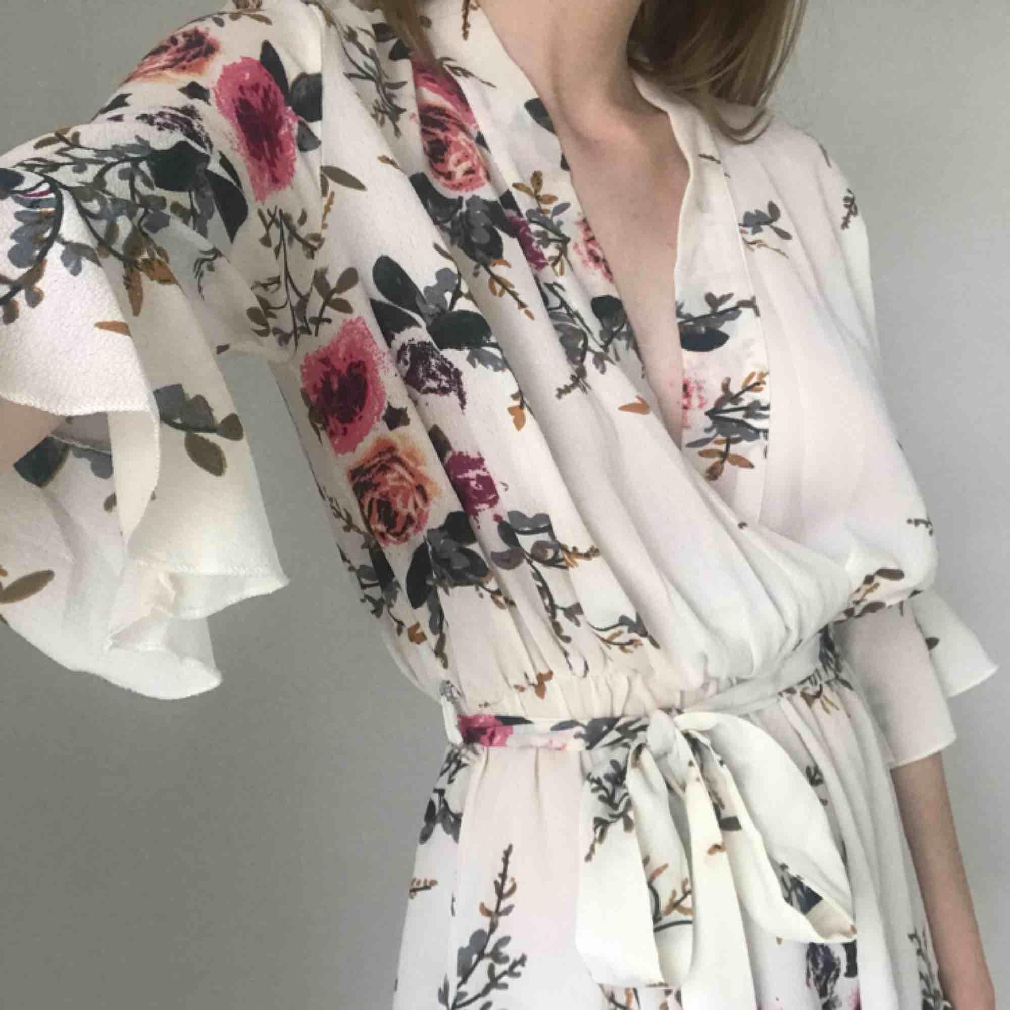 Jättefin jumpsuit eller playsuit eller vafan det heter? Endast använd en gång på ett bröllop, sitter perfekt på mig som är en 36/S! Frakt ingår i priset! . Klänningar.