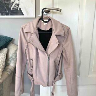 Skitsnygg ljusrosa jacka som endast är använd ett fåtal gånger. Säljer pga. att den inte passar. Köparen står för frakten