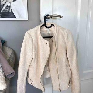 En väldigt classy cremevit jacka. Använd en gång. Köparen står för frakten.