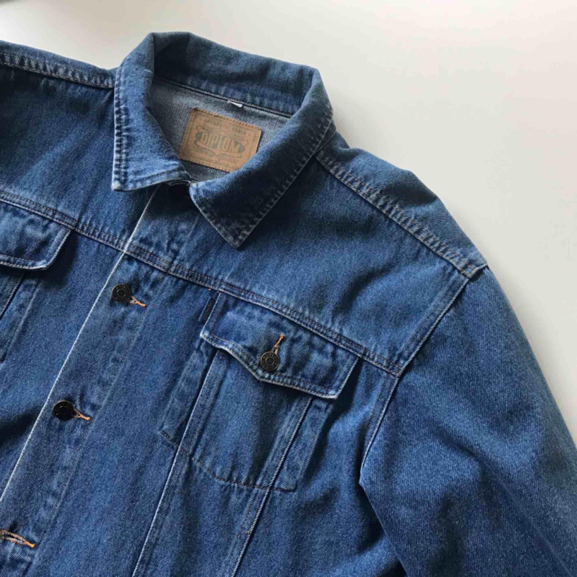 Vintage jeansjacka i storlek 54/56 sitter som en L/XL på mig som är en S/36. Frakt ingår i priset!. Jackor.