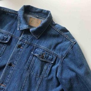 Vintage jeansjacka i storlek 54/56 sitter som en L/XL på mig som är en S/36. Frakt ingår i priset!