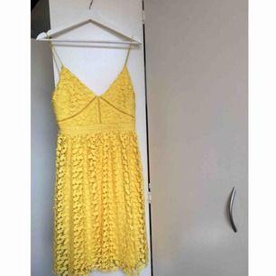 Superfin somrig klänning, perfekt för skolavslutning! Nypris ca 700 kr och bara använd 1 gång! Säljer pga ingen användning och aningen för liten! Tar Swish och köparen står för frakt 💛🌼
