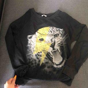 Fin långärmad tröja med en tiger på med en blixt över, använd några gånger! Köpt för 150kr 🥰