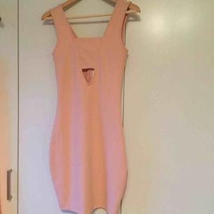 ljusrosa klänning från bikbok, oanvänd med lapp kvar. frakt 30kr.