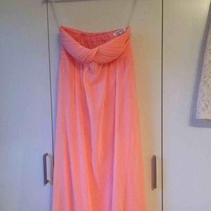 korallrosa långklänning från madlady. stretchig i bystpartiet. endast använd en gång. säljer för jag inte gillar färgen eller passformen på mig. frakt 30kr.