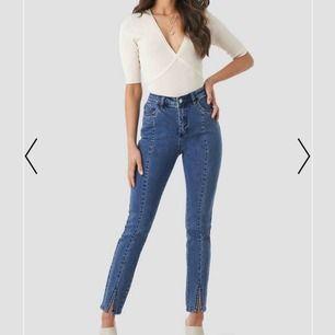 Säljer dessa jeans köpta på NAKD för 249kr. Använda 2 gånger, säljer de pga de är för stora för mig och har köpt ett par nya i rätt storlek. Gratis frakt