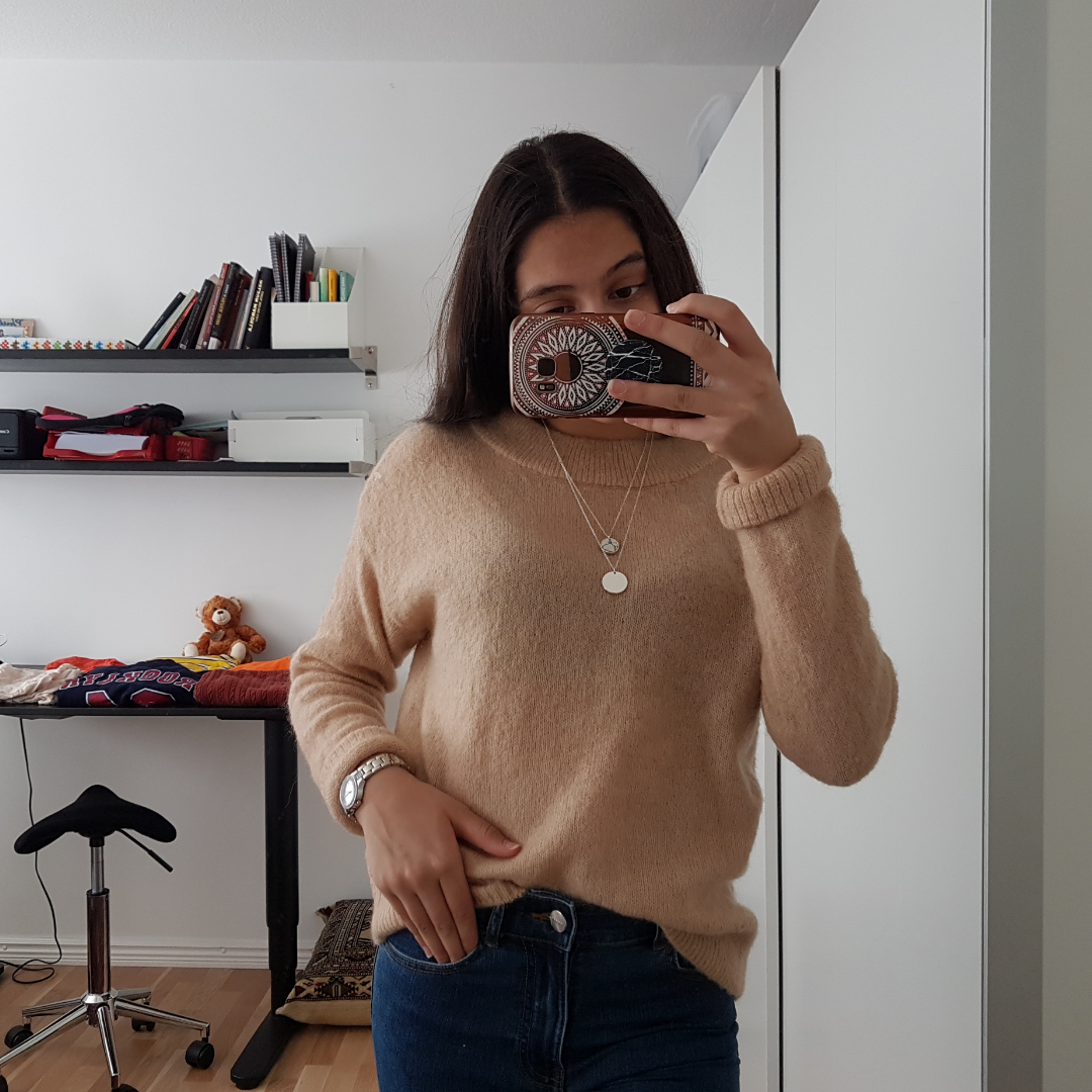 Denna snygga tröja som är lite beby rosa och stickad. Den är jätte skön och är äkta ull. Jag har designat denna tröja med ett bar blåa jeans ( som jag säljer kolla min profil ) och en snygg klocka ett halsband.. Stickat.
