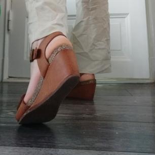 Ett par jättesöta somriga klackar med läderdetaljer!   Väldigt använda (men inga skador som syns när man bär dem) och extreeemt sköna och lätta att gå i.   Dessa ska vara storlek 36 och jag har storlek 37/38. De är väldigt justerbara och svåra att växa ut ur och har hållit väldigt länge.   Anledning till att jag säljer dem är att jag slutat använda dem så ofta som jag brukade och inte vill att de ska sitta och samla damm i onödan.<3