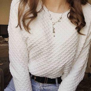 Jättesöt  strechig sweatshirt med ett unikt mönster på. Kommer aldrig till användning, därför väldigt fint skick! Från lindex💛💛