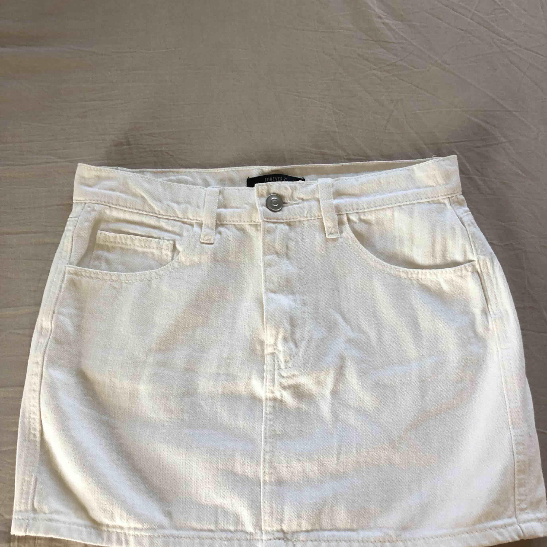 Vit jeanskjol som aldrig används. Storlek 36, den är ganska kort i modellen. Aldrig använd. Köparen står för frakten. . Kjolar.