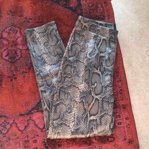 Byxor i ormskinnsmönster från boohoo. Helt oanvända pga för stor storlek. 155kr inklusive frakt.