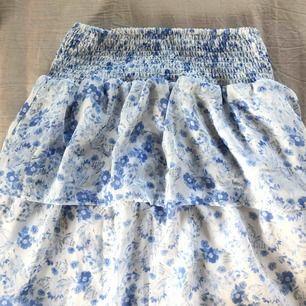 Blommig kjol från Cubus. Använd få gånger och är i fint skick. Perfekt inför sommaren!