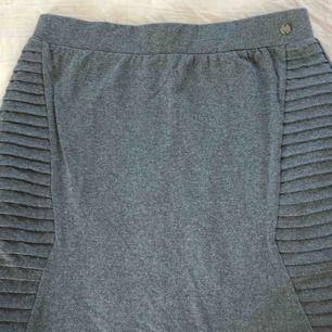Grå kjol. Aldrig använd. Köparen står för frakten.