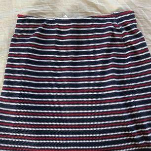 Kjol från Mango. Använd fåtal gånger, den är i bra skick. Köparen står för frakten.