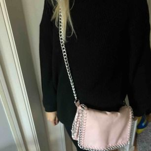 Säljer en rosa väska ifrån scorett, nypris är: 399 men pågrund av att den är smutsig på baksidan säljer jag den för 100kr💓