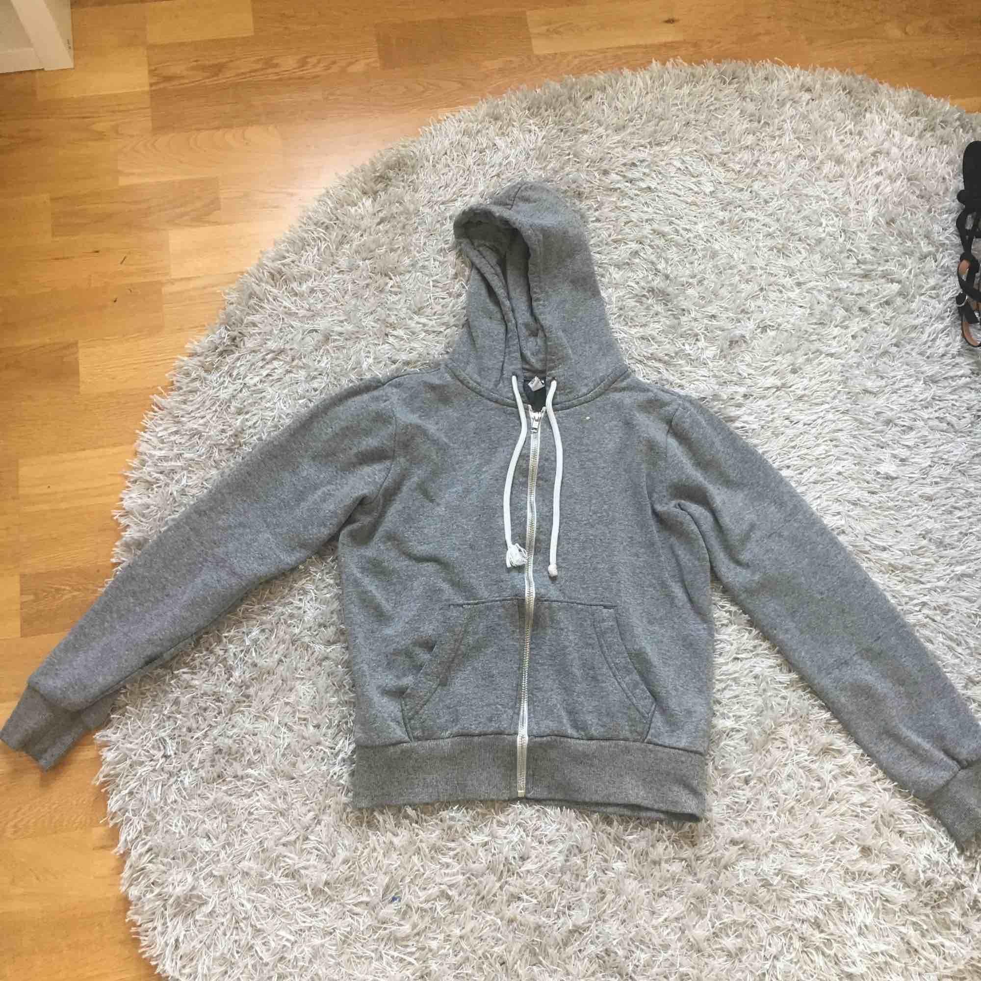En grå tjocktröja från H&M i storlek XS. Den är använd. Jag kan frakta men köparen måste stå för frakten.. Huvtröjor & Träningströjor.