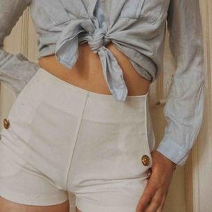 Sååå söta sjömans inspirerade shorts som är mer än perfekta nu till sommaren! Dem små guldknapparna ser lite Versace inspirerade ut (sjukt fint)! Köptes på en secondhand butik i Spanien och kommer ej ihåg ursprungspriset💛