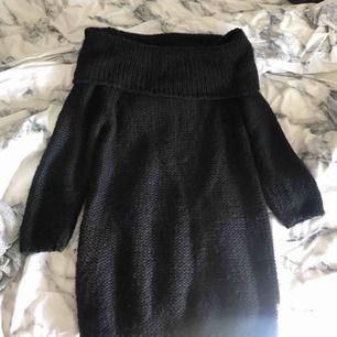 Snygg, stickad off-shoulder klänning från Notion 1.3. Aldrig använd!