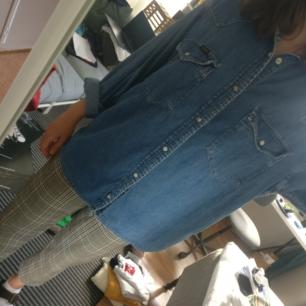 Jeanskjorta i storlek M (herr) från Lee.