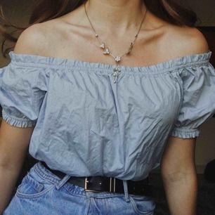 Sjukt gullig sommartopp i skjortmaterial som är off shoulder, använd ca 2 ggr💛 Från H&M Consious💛