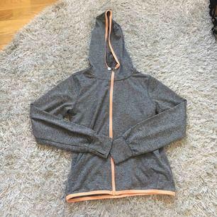 En sport huvtröja från H&M i storlek 134/140. Den är grå med rosa detaljer. Den är använd men i bra skick. Jag kan frakta men köparen måste stå för frakten.