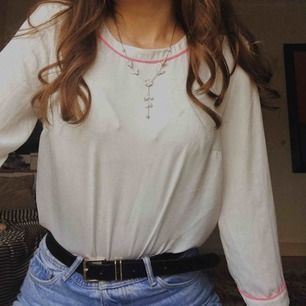 Söt blus från H&M med en rosa kant vid halsen. Ser väldigt elegant och exklusiv ut! 💛