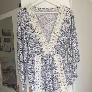 Helt oanvänd jumpsuit från märket Xenia. Vit/blå med vita spetsdetaljer. Storlek L/UK 12. Nypris ca 400. Hämtas i Malmö alt. står köparen för frakt. Fler bilder: https://www.xeniaboutique.com.au/collections/playsuits/products/snowflake-playsuit-navy-1