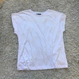 En vit t-chirt från Zara i storlek M. Den är oanvänd och i bra skick. Jag kan frakta men köparen måste stå för frakten.