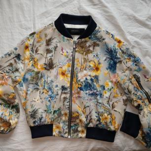 Superfin jacka/kofta från Zara i bra skick. Säljer pga att jag inte använder den längre.  Möter i Stockholm eller så står du för frakt kostnad.