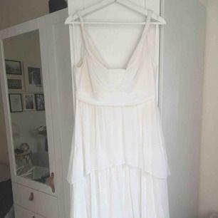 Vit långklänning i maximodell från H&M. Volanger. Hämtas i Malmö alternativt står köparen för frakt.