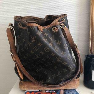 Funderar på att sälja min fina Louis Vuitton väska. Den är vintage så i använt skick men har fortfarande mycket kvar att ge! Detta är en intressekoll så hör av er om ni är sugna :) Fler bilder kan fixas vid intresse, kunde inte lägga ut fler!