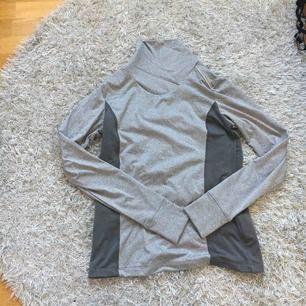 En tränings tröja från Crivit. Den är grå och är i storlek M. Den är i bra skick. Jag kan frakta men köparen måste stå för frakten.