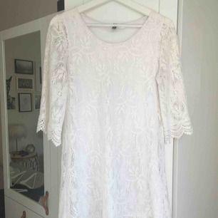 Vit, virkad klänning/tunika från H&M.