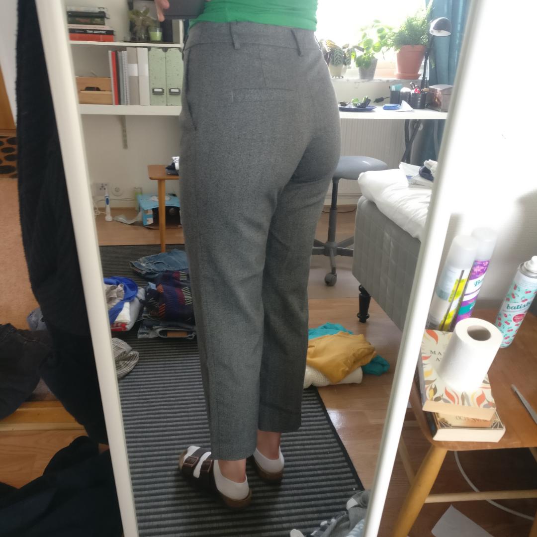 Gråa kostymbyxor från Monki.. Jeans & Byxor.