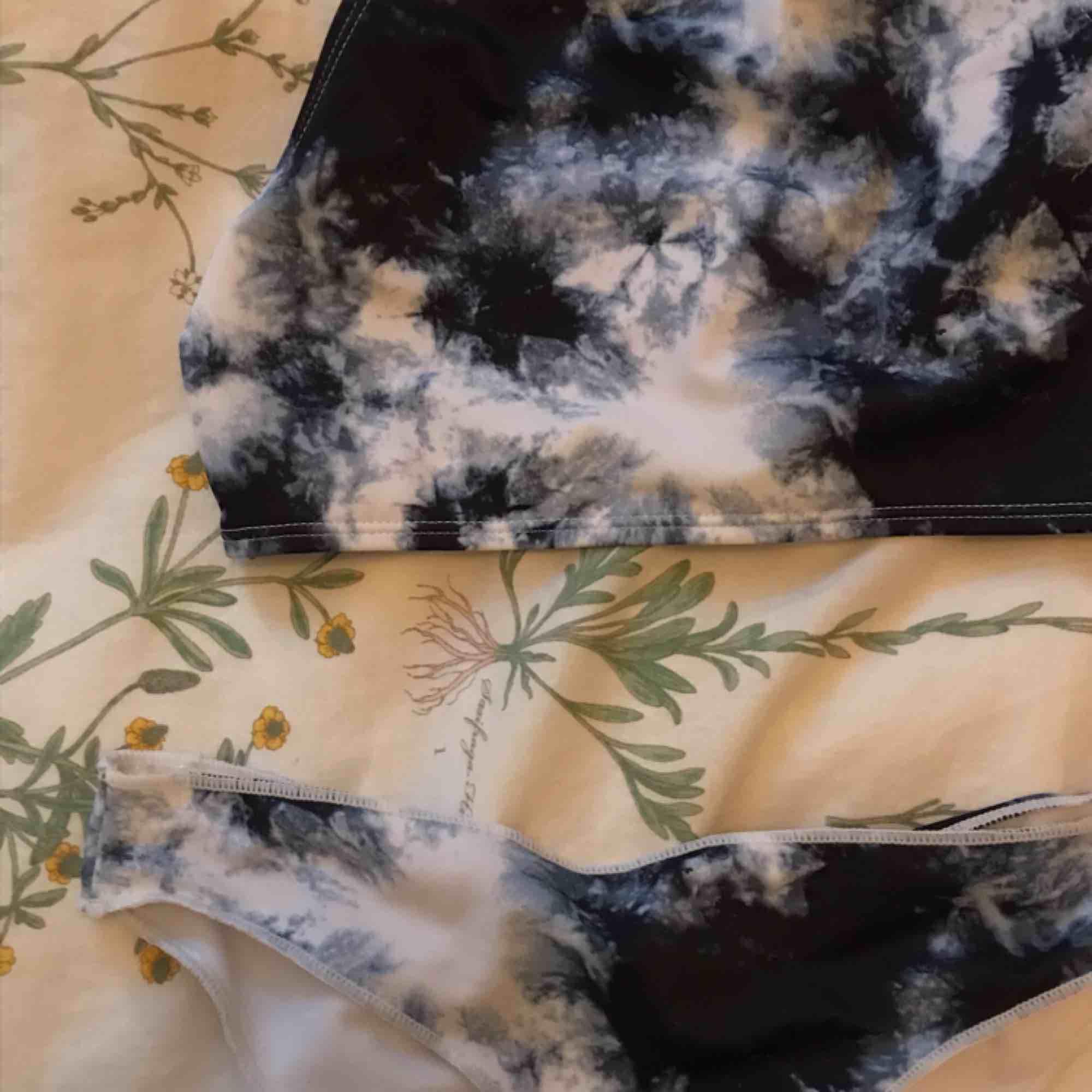 Jätte fin bikini från Bik Bok. Toppen kan även användas som ett linne. Har aldrig någonsin använt den. Köparen står för frakt men jag kan även mötas upp i Uppsala.❤️❤️. Övrigt.