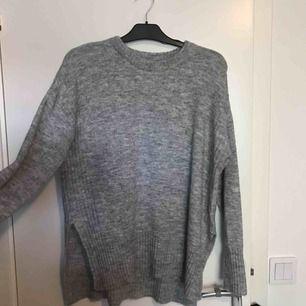 Detta är en grå tröja som är oerhört skön dock aldrig använt