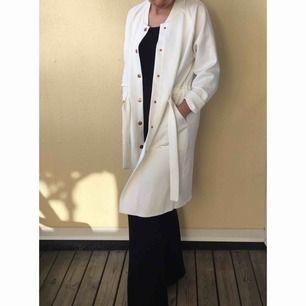 En vit, nästan ny kappa, från Gina Tricot. Passar perfekt till nu våren och sommaren. Sparsamt använt.  Pris kan diskuteras.