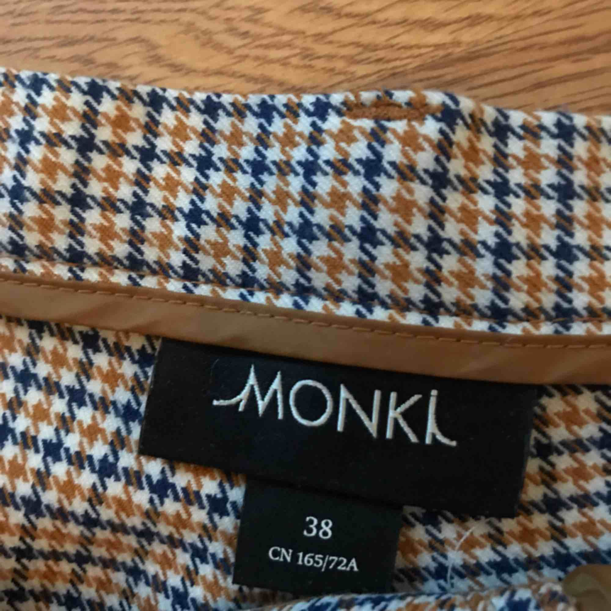 Jätte söta kostymbyxor från MONKI. Storlek 38 men passar 36 också. Lite korta för mig som är 177cm  Köparen står för frakten eller så kan vi mötas upp om du bor i Uppsala💖💖🦋(pris kan diskuteras). Jeans & Byxor.