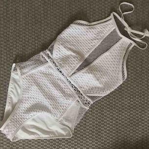 Superfin vit mesh-baddräkt från New Look - köpt från ASOS för ett år sedan men endast använd en gång ☀️✨ köparen står för frakt, tar swish