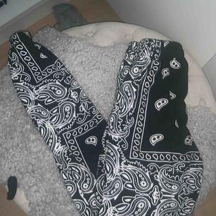 Hej! Säljer nu dessa byxor som var jättepopulära, fortfarande skitsnygga! Kolla gärna in mina andra annonser! 🌻
